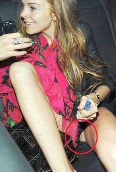 Голая пися Линдси Лохан вылезла из трусов в машине, 2009