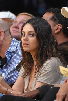 Глубокий вырез Милы Кунис на матче «Лос-Анджелес Лейкерс», 2014