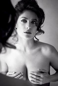 Секси Сальма Хайек держится за грудь в журнале Allure, Август 2015