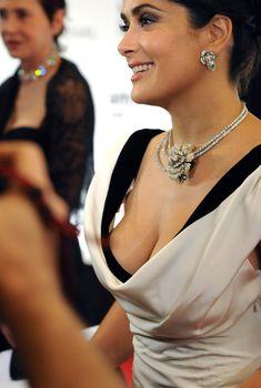 Грудастая Сальма Хайек на кинофестивале в Дубаи, 12.12.2008