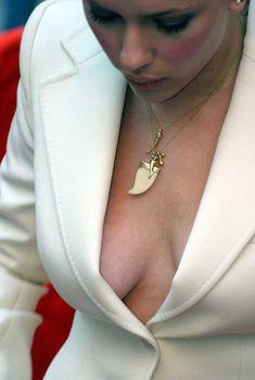 Соблазнительные сиськи Скарлетт Йоханссон на премьере «Трудности перевода», 2003
