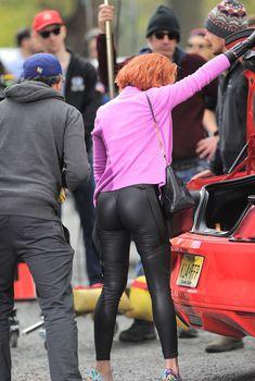 Попка Скарлетт Йоханссон в обтягивающих штанах на съемках, 2015