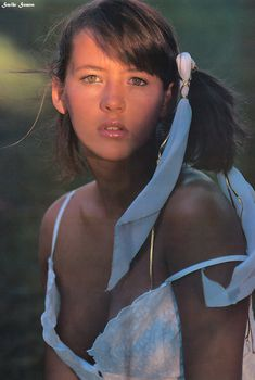 Юная Софи Марсо с глубоким декольте