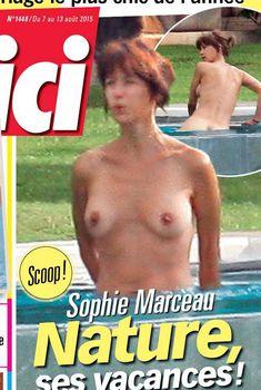 Софи Марсо купается голой в бассейне, 2015