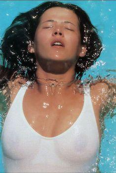 Софи Марсо в мокрой майке без лифчика