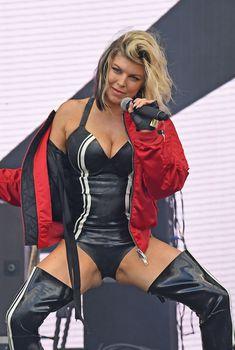 Секси Ферги расставила ноги на фестивале в Лондоне, 10.07.2016