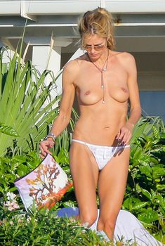Голая грудь Хайди Клум на отдыхе в Сен-Барте, 2014