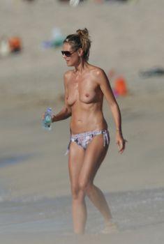 Хайди Клум топлесс на пляже в Корсике, 05.08.2011