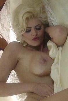 Голая Анна Николь Смит в фильме «Секреты Анны-Николь Смит», 1998