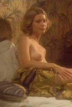 Голая Гвинет Пэлтроу в фильме «Миссис Паркер и порочный круг», 1994