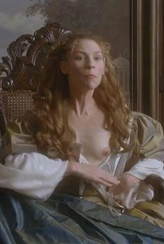 Голая Клэр Дэйнс в фильме «Красота по-английски», 2004