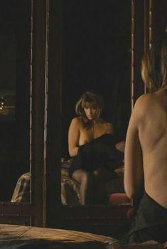 Голая грудь в фильме «Не оглядывайся», 2009