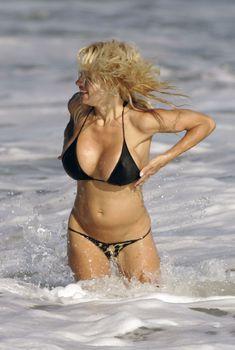 Сексуальная фигура Памелы Андерсон в бикини, 2007