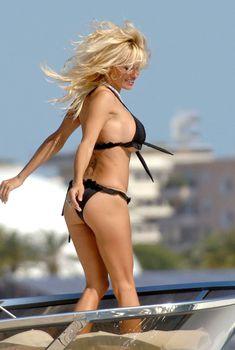 Памела Андерсон в бикини на съемках в Каннах, 20007