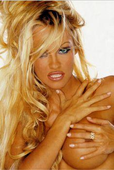 Памела Андерсон обнажила грудь для журнала Front, Август 2002