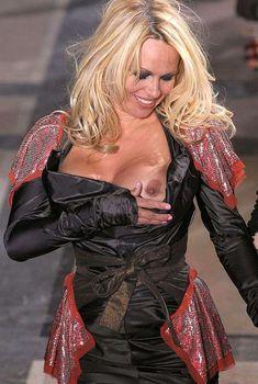 Голый сосок Памелы Андерсон на показе Вивьен Вествуда, 2009