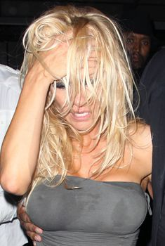 Памела Андерсон без бюстгальтера в Голливуде, 04.07.2010