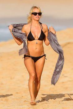 Секси Памела Андерсон в бикини на Гавайях, 22.01.2014