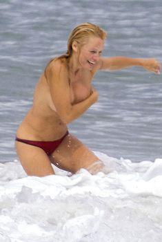 Шаловливая Памела Андерсон без купальника на пляже, 2013