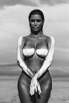 Обнаженная Ким Кардашьян в фотосессии в пустыни, 2015