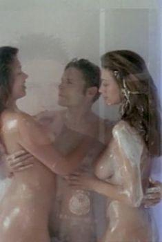 Голая Ава Фабиан в фильме «За решеткой», 1997
