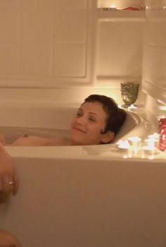 Голая грудь Адриэн Мишлер в фильме «Доброй ночи», 2013