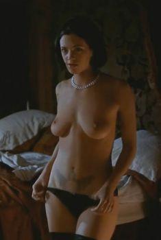 Голая Азия Ардженто в фильме «Би Манки», 1998