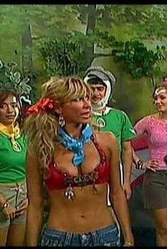 Айлин Мухика засветила сосок в фильме «Порочная связь», 2003