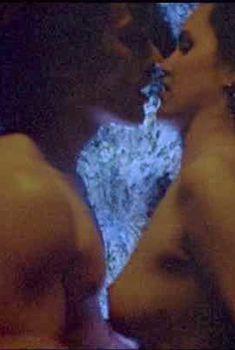 Айони Скай оголила грудь в фильме «Бензин, еда, жилье», 1992