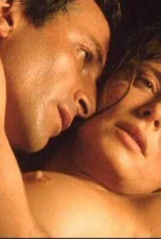 Айтана Санчес-Хихон показала голую грудь в фильме «Ревность», 1999