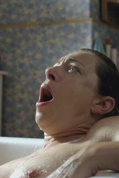 Голая грудь Алекс Кингстон в сериале «Дом на окраине», 2011