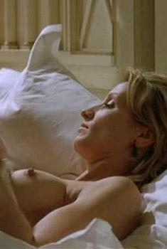 Красивая голая грудь Александры Лами в фильме «Да здравствует жизнь!», 2005