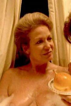 Александра Стюарт засветила грудь в фильме «Семь слуг», 1996