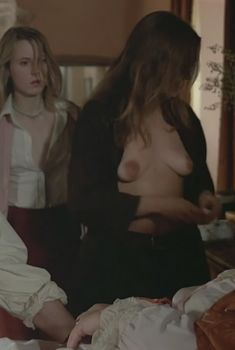 Голая грудь Александры Стюарт в фильме «Черная луна», 1975