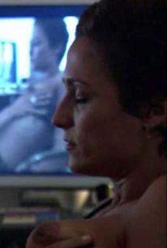 Голая грудь Александры Хедисон в сериале «Секс в другом городе», 2004