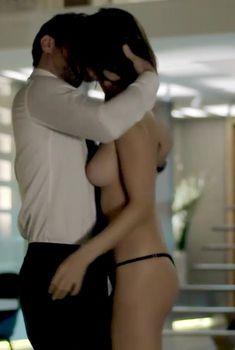 Голая Алессандра Амброзио в сериале «Тайные истины», 2015