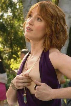 Голая грудь Алисии Уитт в сериале «Обитель лжи», 2012