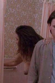 Голая грудь Альберты Уотсон в фильме «Раскрепощение», 1994