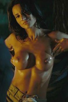 Голая Америка Оливо в фильме «Пятница 13-е», 2009