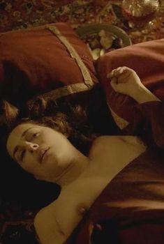 Голая грудь Амиры Касар в сериале «Версаль», 2015