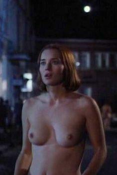 Голая Анджела Фезерстоун в фильме «Темный ангел», 1994