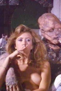 Андри Маранда засветила грудь в фильме «Токсичный мститель», 1984
