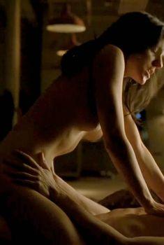 Голая Анна Силк в сериале «Зов крови», 2010