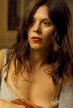Анна Фрил засветила грудь в фильме «Телохранитель», 2010