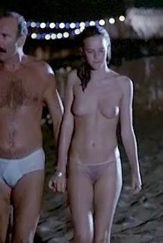Голая грудь Аньес Сораль ф фильме «Минутное помрачение рассудка», 1977