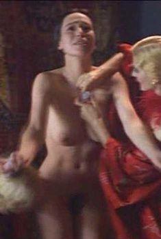 Голая Ариадна Хиль в фильме «Поборницы свободы», 1996