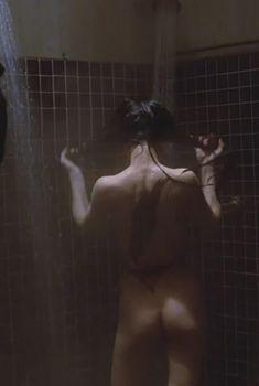 Голая попка Бай Лин в фильме «Ворон», 1994