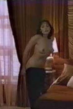 Голая грудь Барбары Каррера в фильме «Суд – это я», 1982