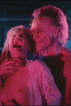 Барбара Крэмптон показала грудь в фильме «Извне», 1986