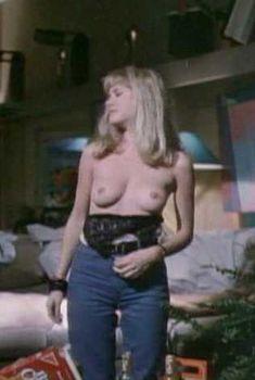 Голая грудь Барбары Крэмптон в фильме «Роботы-убийцы», 1986